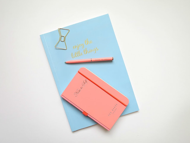 Valentines Day Gifts Guide For Her Girl Wife Girlfriend Friend stationery flatlay notebook pen gold bow paperclip