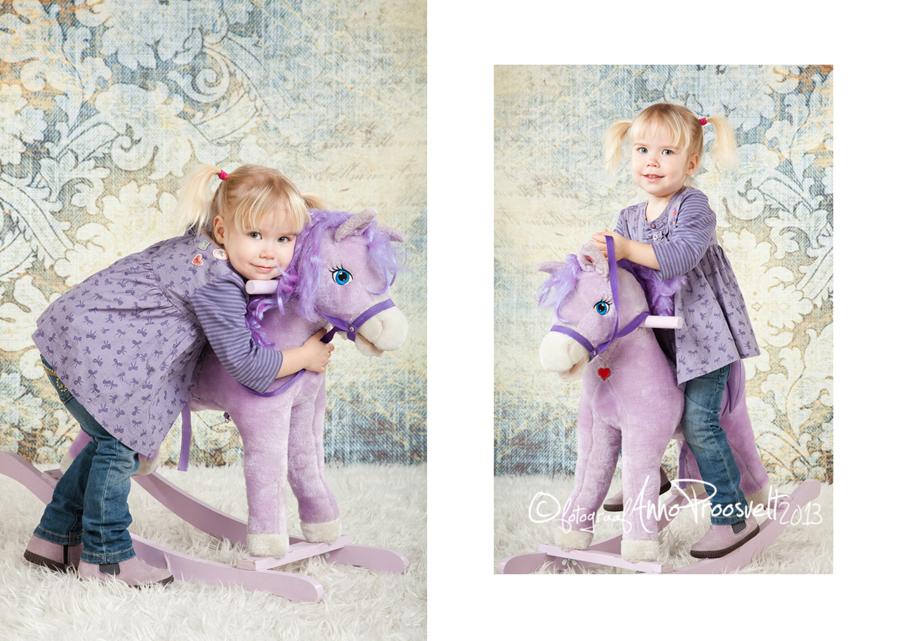 tüdruk-lilla-hobusega-pildisamas