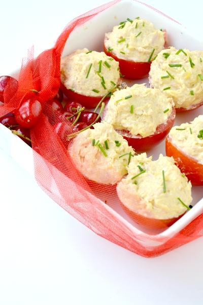 pomodori ripieni di patata lessa, tonno, uova e maionese