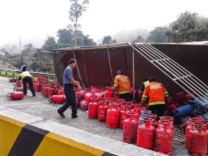 Kereta Terbakar Langgar Tong Gas Berterabur Atas Jalan