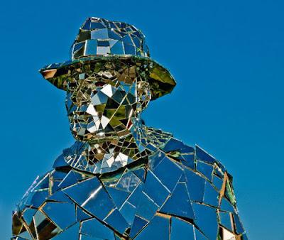 oriiiioioiginal صور رجل يرتدي بذلة من مئات المرايا
