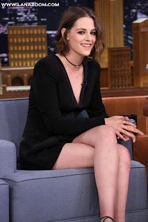 صور كريستين ستيوارت بثوب أسود قصير يظهر أرجلها الناعمة في برنامج The Tonight Show مع جيمي فالون