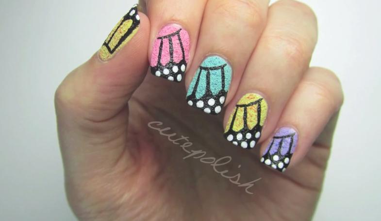 Diseño de uñas estilo mariposas con textura