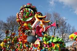 Carnavals optocht, praalwagens, carnavalsmuziek, versiering