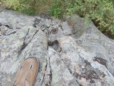 совсем маленькие отверстия в гранитной скале