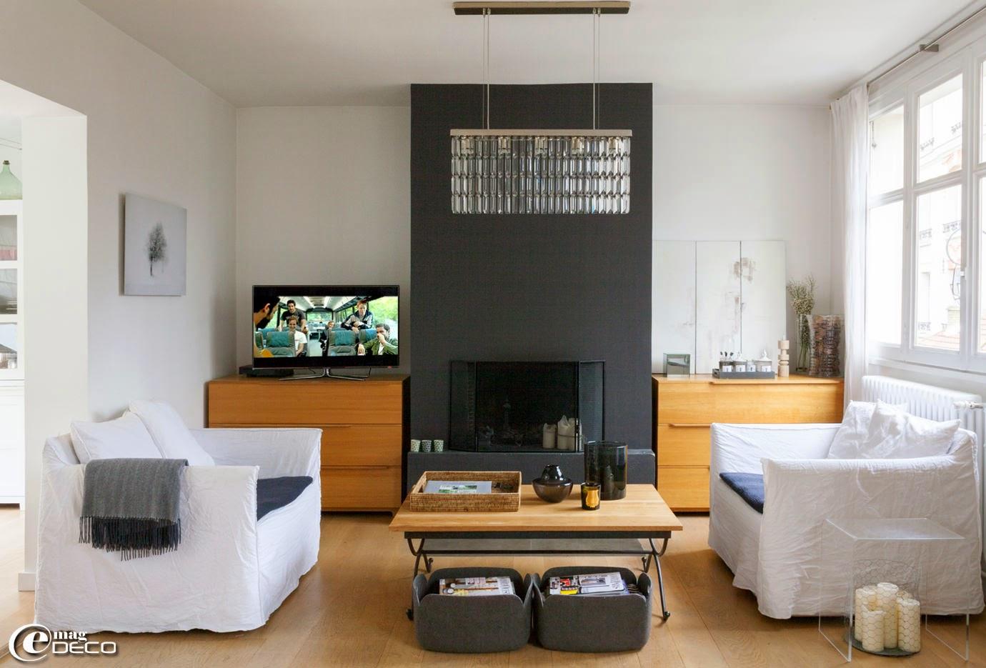 Dans le salon d'une architecte d'intérieur, des canapés 'Ghost' designés par Paola Navone pour 'Gervasoni', plaid en cashmere 'Zoeppritz', table basse en plexiglas 'HABITAT'
