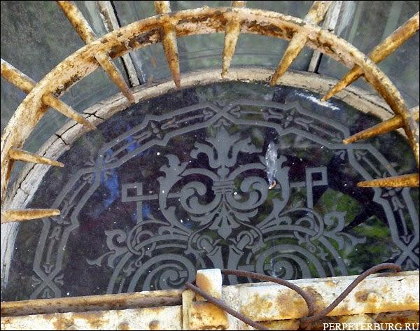 Деревянный особняк в Петербурге дача Громова на Петроградской стороне фото цветных стекол витражей