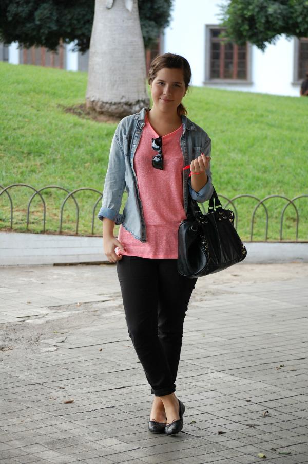 look_outfit_cómodo_básico_camisa_vaquera_camiseta_flúor_nudelolablog_01