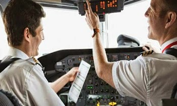 Απαντήσεις σε 8 καυτά ερωτήματα για τις πτήσεις: Πού κοιμούνται οι πιλότοι στα 35.000 πόδια, τι τρώνε, τι είναι αυτή η λευκή γραμμή που αφήνουν πίσω τους τα αεροπλάνα