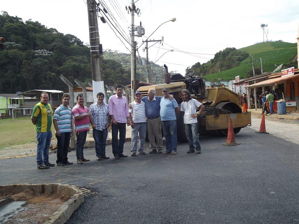 Vereador Anginho e secretário Denílson Moraes com trabalhadores e moradores de Santa rosa