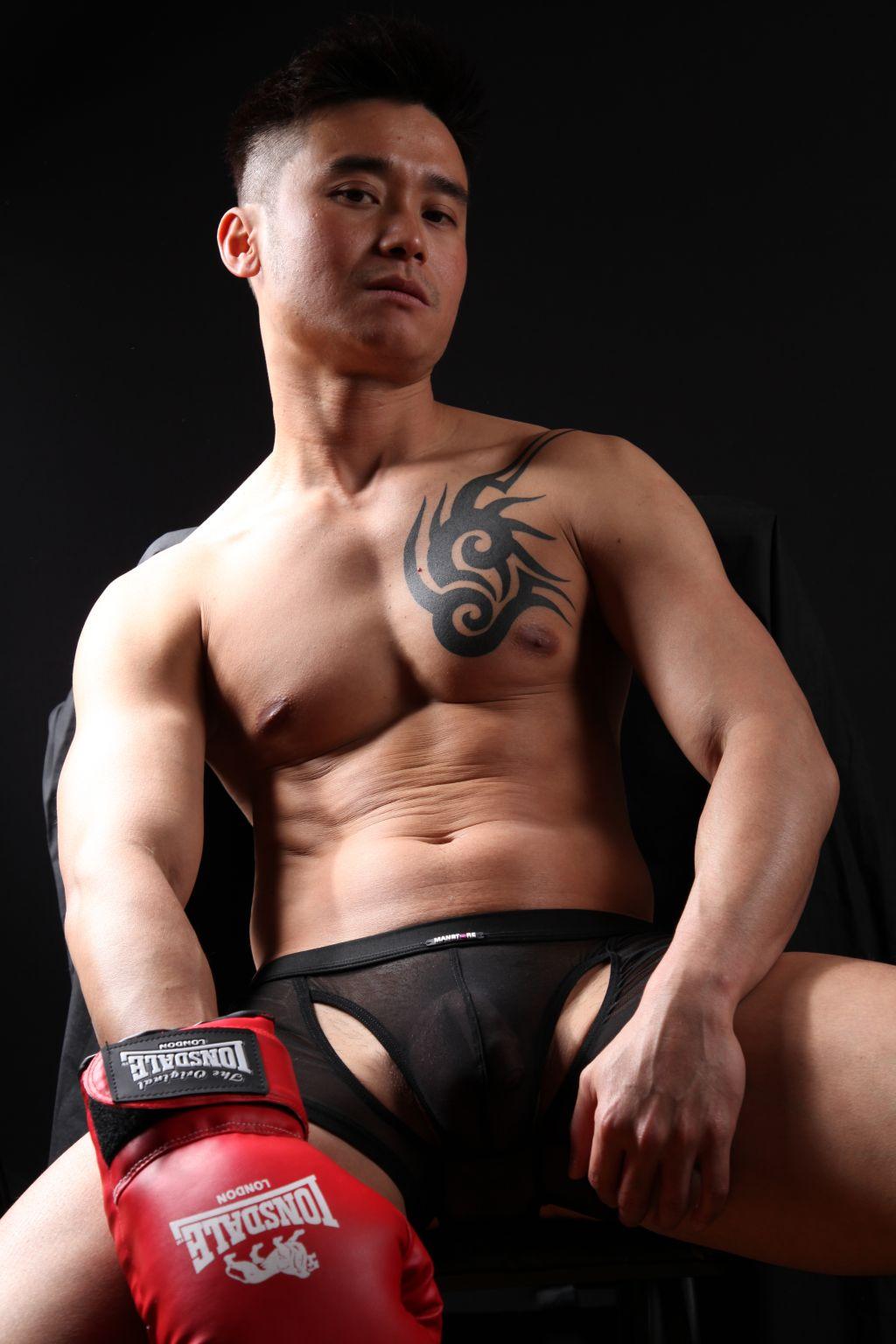 ... mga 6ft malakas ang sex appeal , half sya d ko alm kung anung lahi basta ...