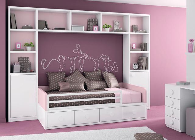 dormitorio infantil o juvenil con estantera laterales con puerta a los lados y cama con en rosa palo y blanco