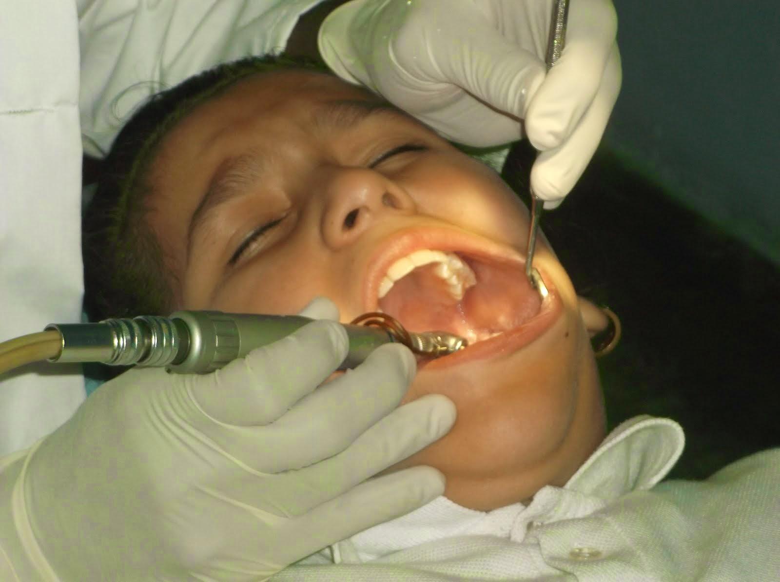Alumna en consulta odontologica