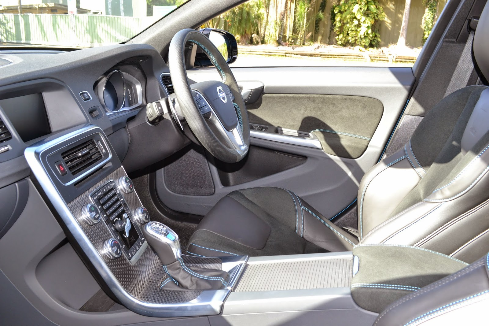 Volvo V60's floating centre console with carbon trim can be seen here