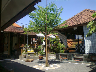Rumah Bali lantai di beton