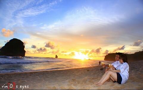 Dan untuk kalian para pemburu Sunset ada kabar gembira untuk kalian Sebab selain mempunyai keindahan panorama bahari yang sangat indah. Pantai Goa China ini merupakan lokasi yang sangat cocok untuk menyaksikan pemandangan matahari yang tenggelam di ufuk barat.   Namun berdoalah, semoga di saat kalian datang ke pantai ini di saat sore harinya keadaan cuaca sedang cerah sehingga kalian Bisa menyaksikan sunset atau matahari tenggelam di tepian Pantai Goa China.