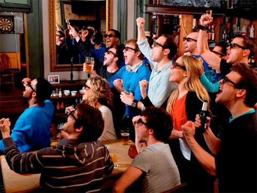 gente viendo futbol en la tele bilaketarekin bat datozen irudiak