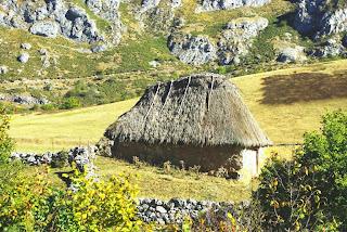 Vista de uno de los teitos, o cabañas de teito, que nos encontramos al borde del sendero