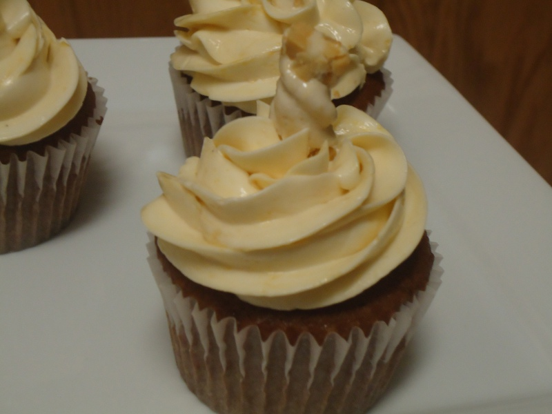 Cupcakeables!: Snickers Cupcakes