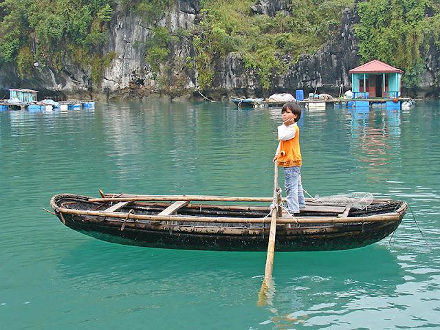 Petit garçon dans un village flottant de la baie d'Along