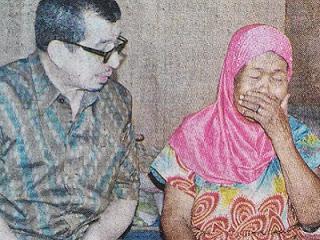 Suyati menangis didatangi Mensos (foto RadarGresik)