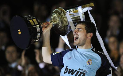 Iker Casillas with the Spanish Cup trophy