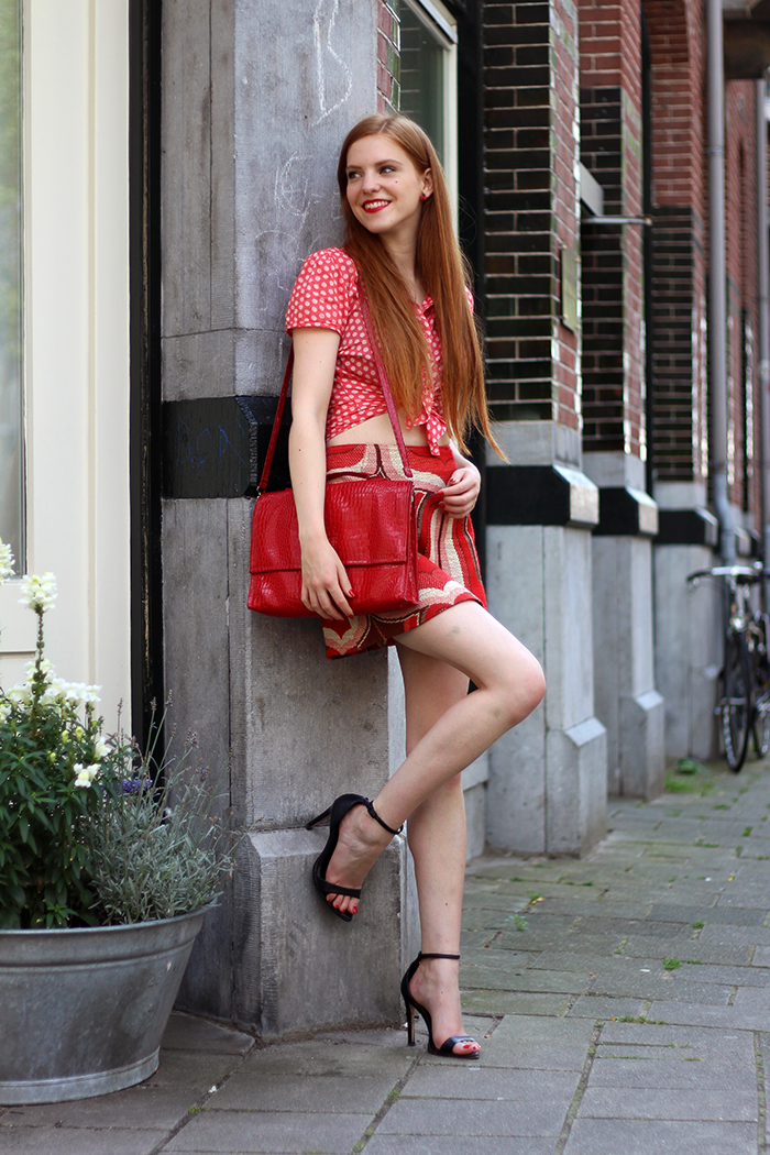 Vintage Fashion Blogger Retro ton sur ton outfit in red