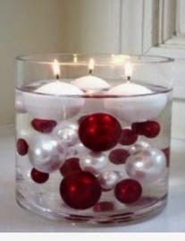 Decoração de mesa de natal com velas flutuantes