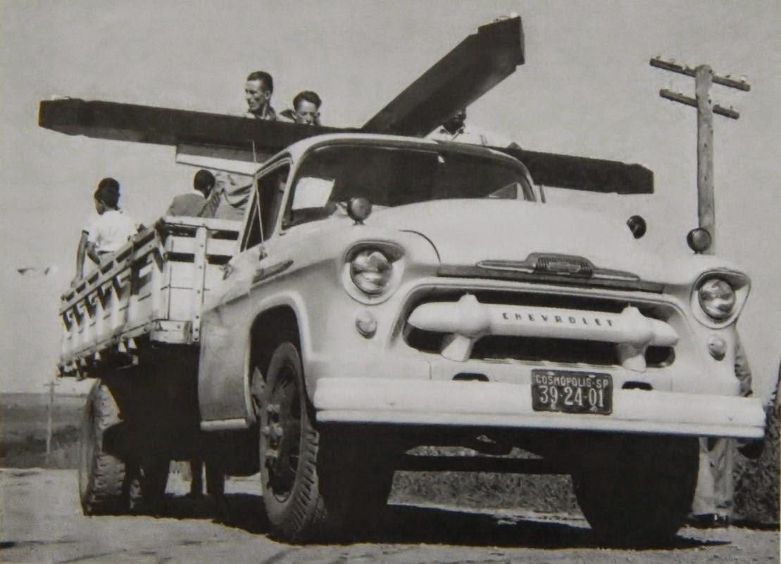 Este caminhão, que transportou um cruzeiro para o alto do Morro Castanho em 1957, pertencia ao Lourenço Trevenzolli.
