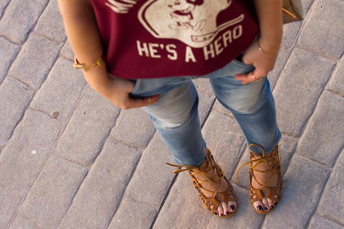 Vista de los jeans boyfriend de Meltin' Pot y las sandalias atadas con cordones y tacón
