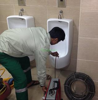 Thông tắc toilet bằng máy lò xo