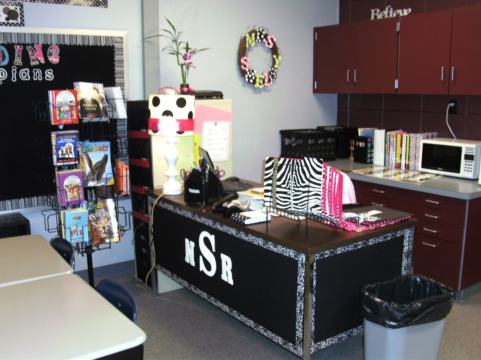 Innovative Ideas For Classroom Decoration ~ Excellent teacher desk decor ideas yvotube