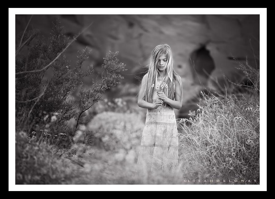 photo de Lisa Holloway représentant une jeune fille au milieu de fleurs en noir et blanc