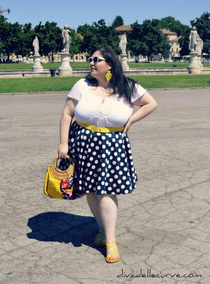 outfit taglie comode con gonna a pois e dettagli giallo