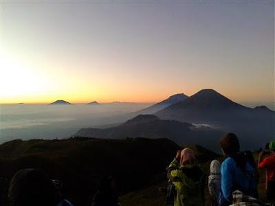 Pemandangan di Puncak Gunung Prau Dieng