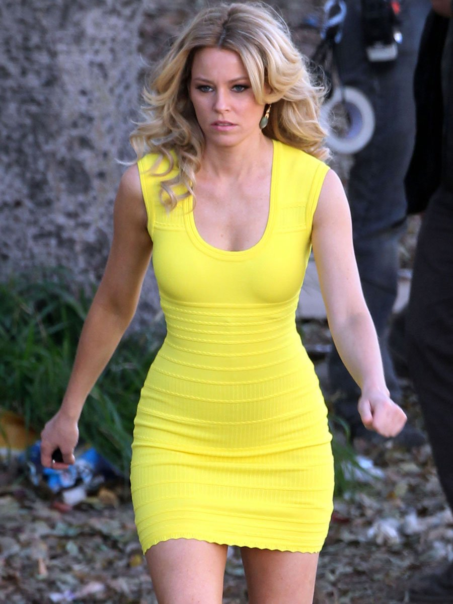 Elizabeth Banks Sexy American Actress Show Her Curves In Tight Yellow