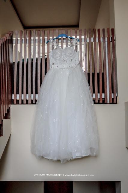 baju pengantin wanita yang akan dipakai untuk prosesi pemberkatan di gereja adven dan resepsi pernikahan