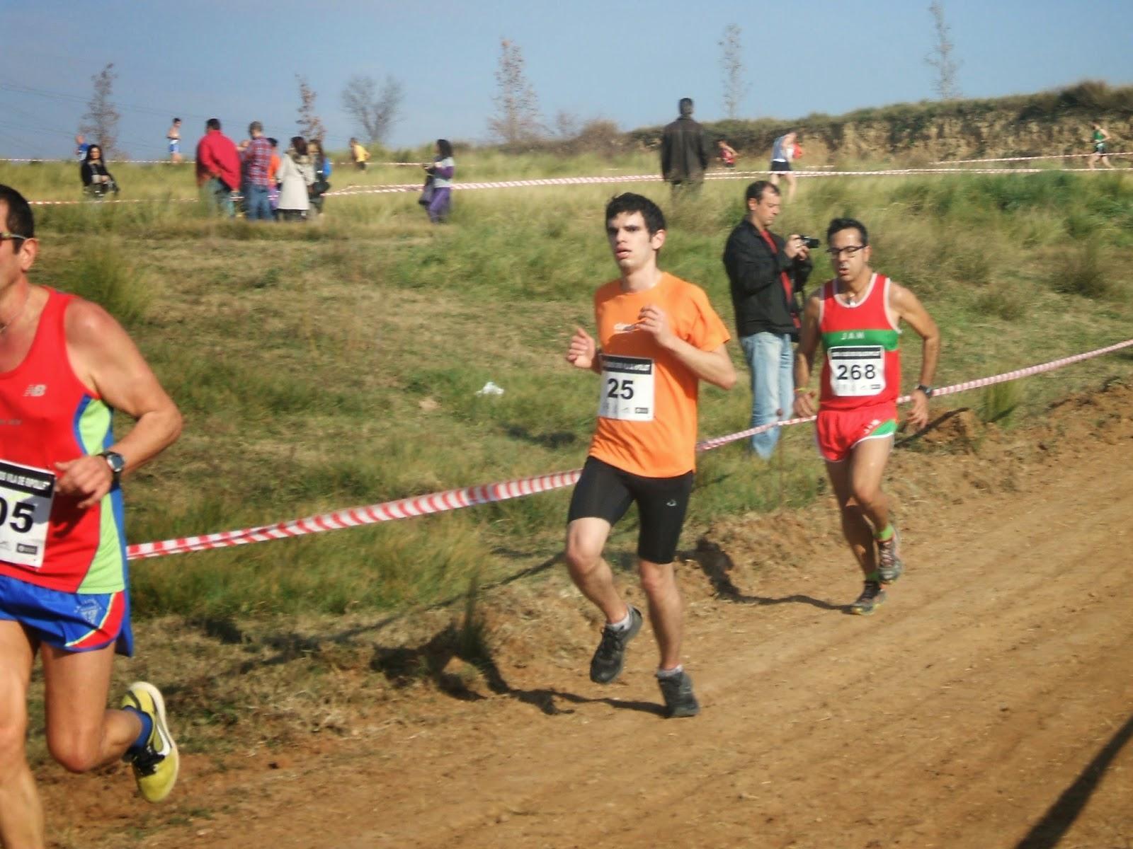 Ahí estoy yo, en la parte intermedia-final de la 2ª vuelta. [Foto: Tomás Prieto]