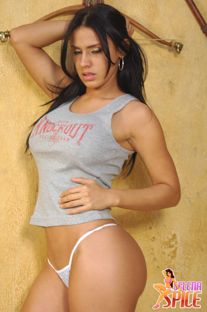 Ella Posa Con Un Cachero Negro Y Camiseta Gris En Donde Poca A