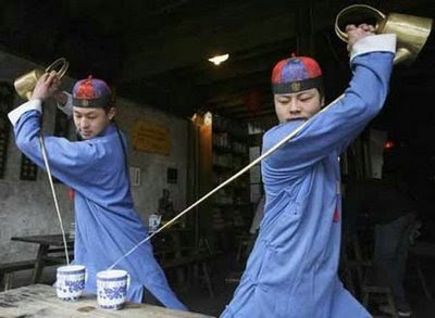Cara Unik Menuangkan Teh di China