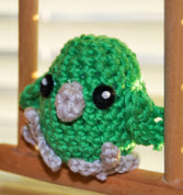 http://translate.google.es/translate?hl=es&sl=auto&tl=es&u=http%3A%2F%2Fwww.toinenkerros.fi%2Findex.php%2Fen%2Fblogi%2F28-crocheted-pacific-parrotlet