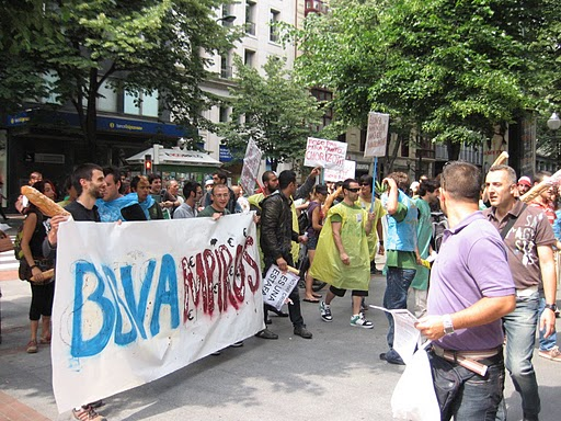 Bbva hiltzailea l s indignad s asaltan el bbva en bilbo for Oficinas banco santander valencia