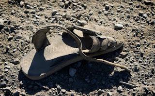 Eine alte Sandale an der US-mexikanischen Grenze