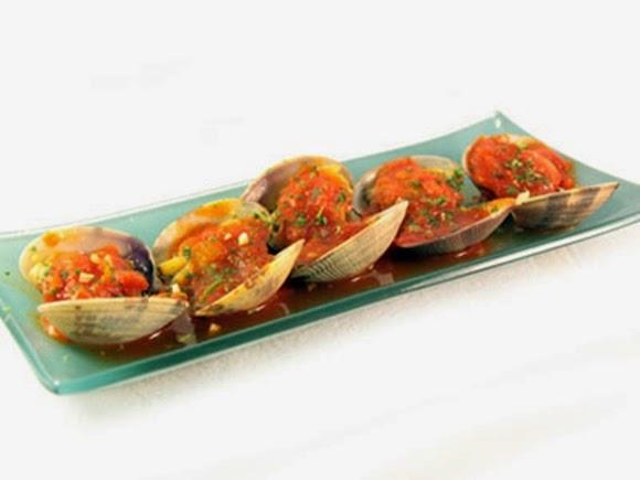 almejas con salsa de tomate picante en la olla
