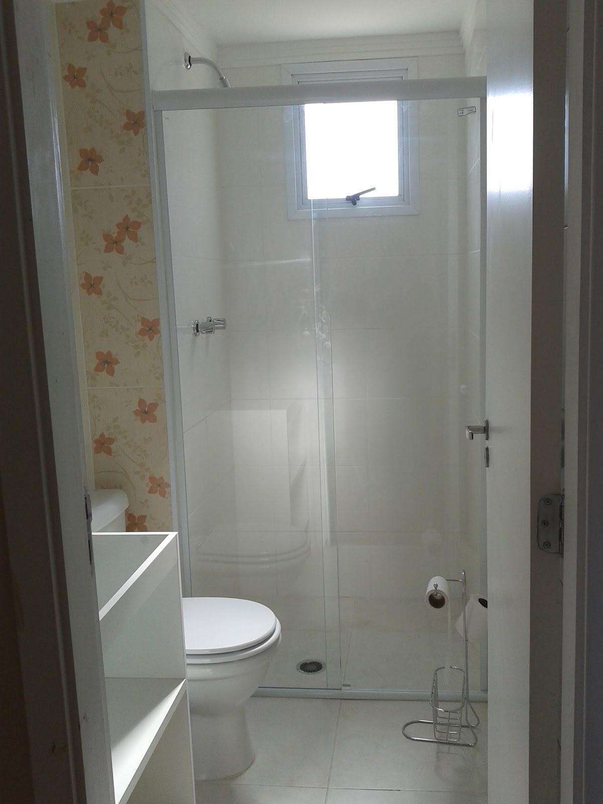 Detalhe do porta papel higiênico/revisteiro fazendo figuração #604C39 1200 1600