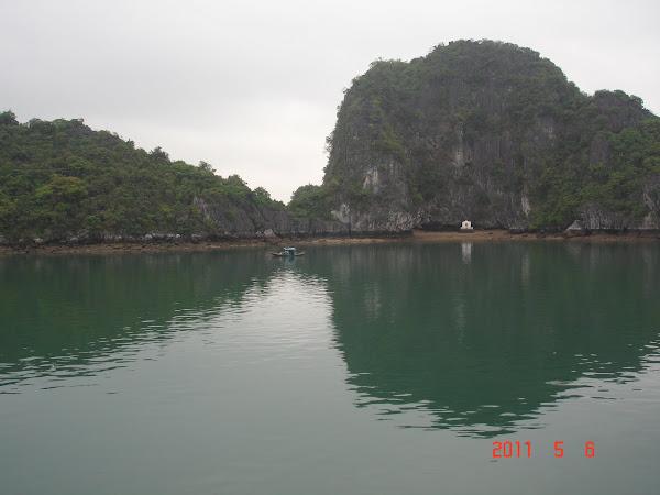 Barco pesquero en la Bahía de Halong - Vietnam