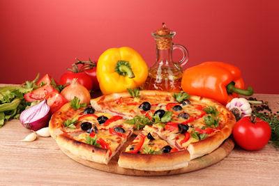 Deliciosa pizza hawaiana con queso y vegetales frescos - Comida rápida - fast food