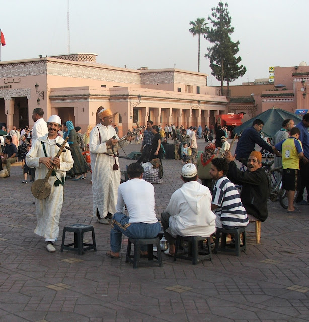 musicisti di gimbri in piazza Djamaa el-Fna