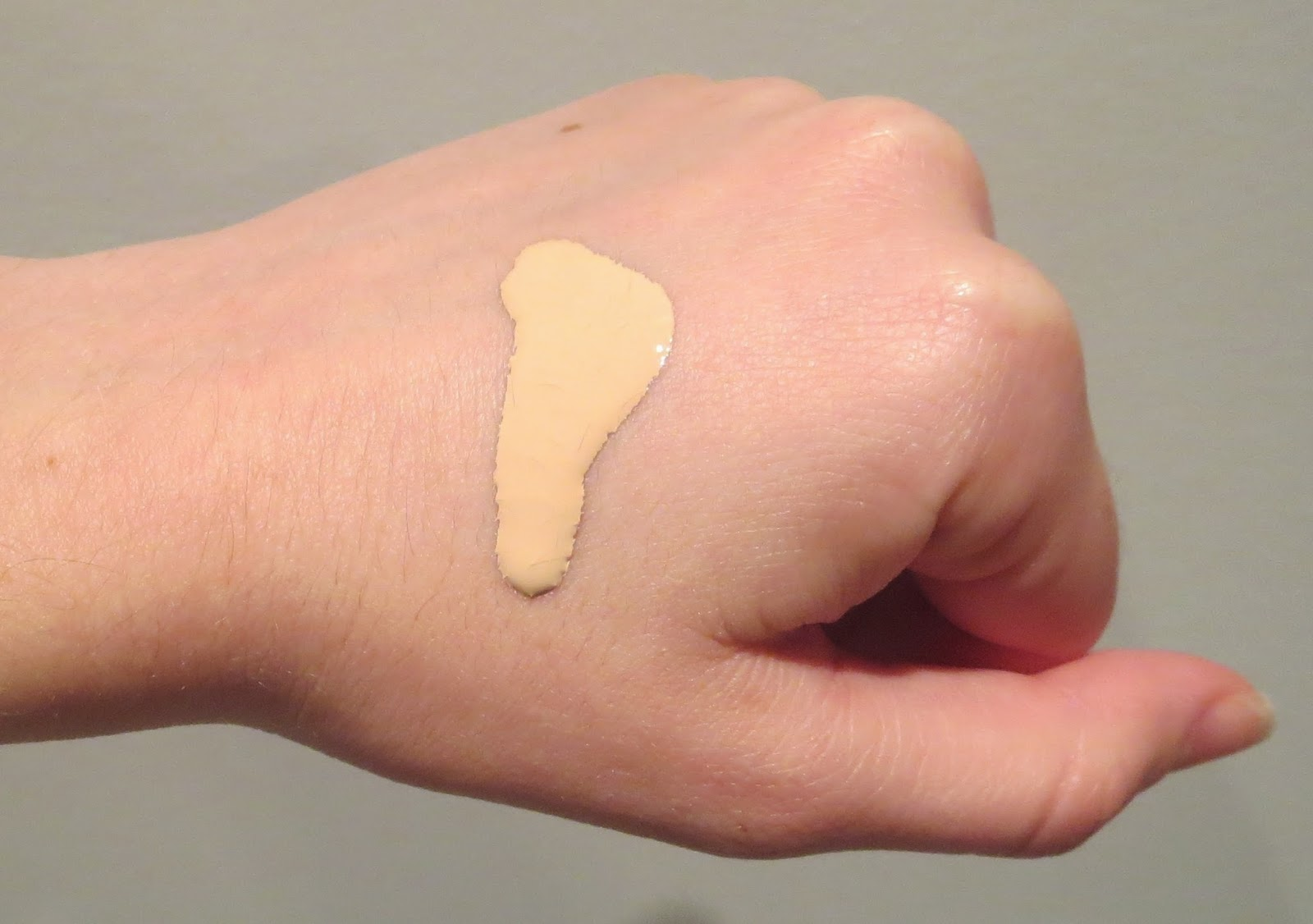 a picture of Bobbi Brown Foundation in Porcelain, swatch, texture