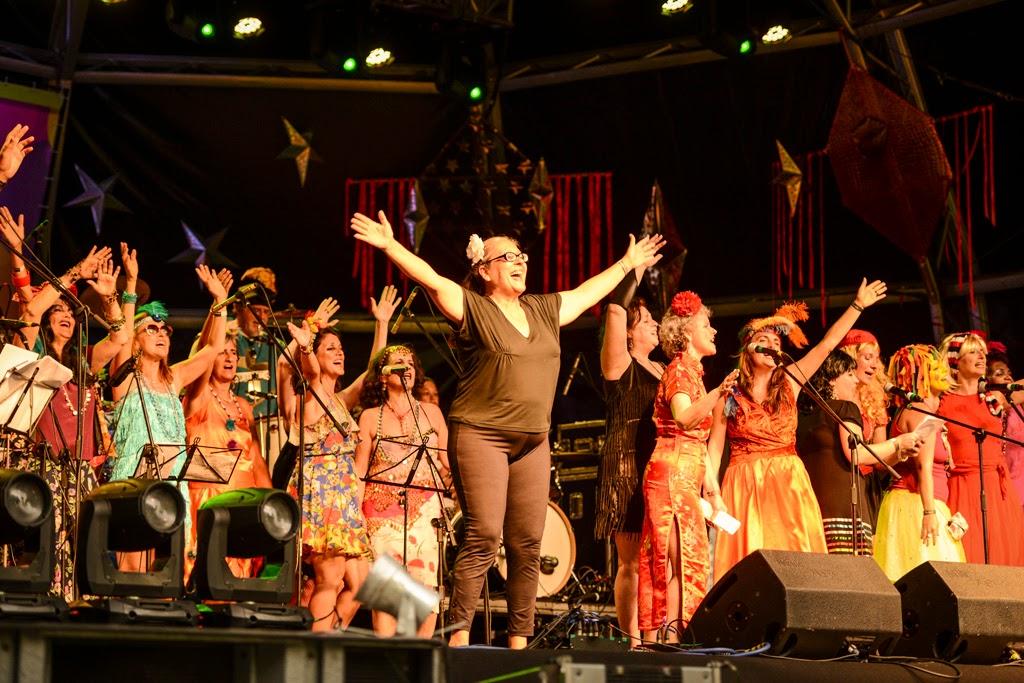 Rio Marchinhas 2014: O vozerio do 'power coro' Afluente do Céu, tendo à frente a maestrina Ignez Perdigão. Foto: Páprica Fotografia